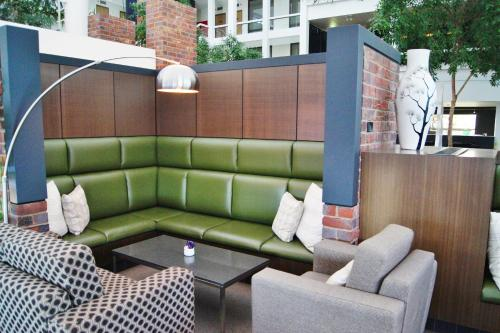 A seating area at Mantra Pavilion Hotel Wagga