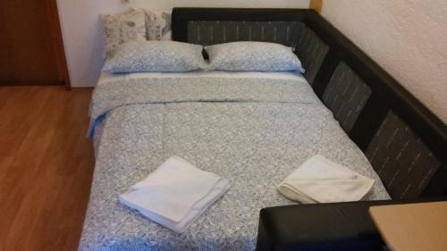 A bed or beds in a room at Apartment Jadranska