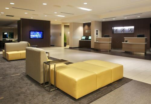 The lobby or reception area at Courtyard by Marriott Orlando South/Grande Lakes Area