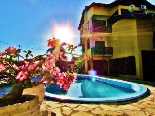 A piscina localizada em Pousada Villa Guimaraes ou nos arredores