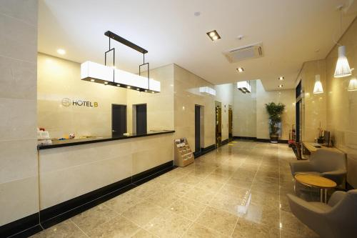 The lobby or reception area at Hotel B