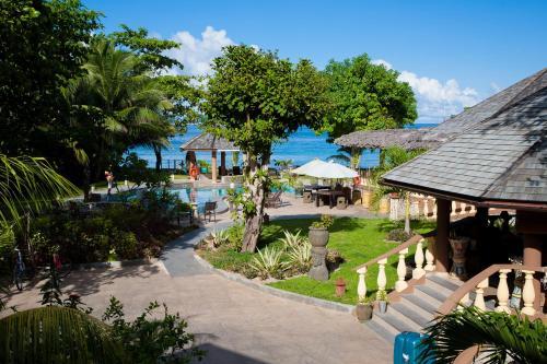 En udsigt til poolen hos Castello Beach Hotel eller i nærheden
