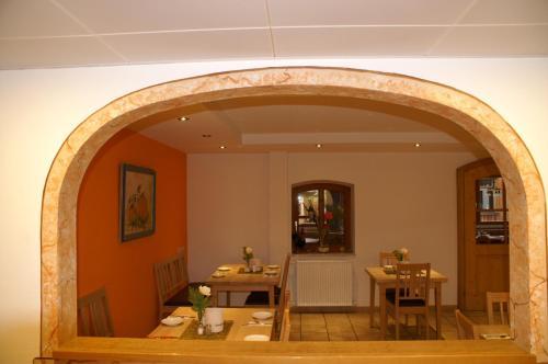 Ein Restaurant oder anderes Speiselokal in der Unterkunft Scharmerhof