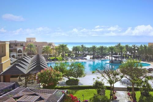 منظر المسبح في فندق ومنتجع ميرامار شاطئ العقة او بالجوار