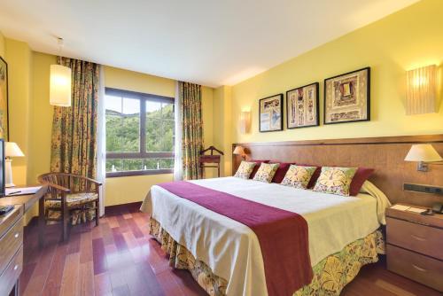 Cama o camas de una habitación en Barceló Monasterio de Boltaña Spa