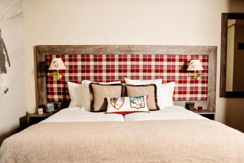 A bed or beds in a room at Hotel Bristol Verbier