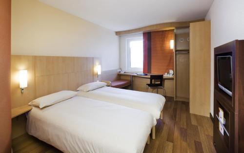 A bed or beds in a room at ibis Bristol Temple Meads