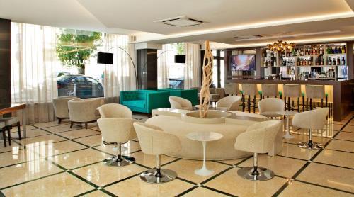 El salón o zona de bar de TURIM Saldanha Hotel