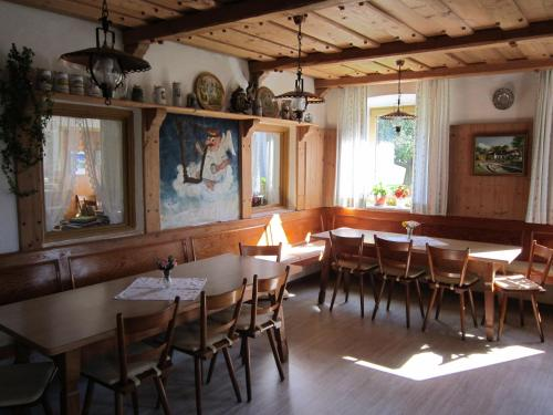 A restaurant or other place to eat at Gasthaus Hingerl
