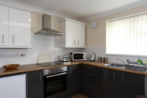 A kitchen or kitchenette at The Castle Inn & Lodge