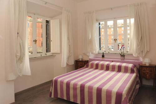 A bed or beds in a room at Temple View