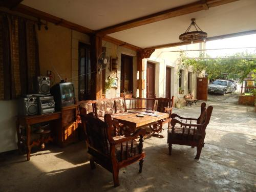 A restaurant or other place to eat at Guest House Anahit