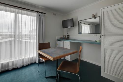 A kitchen or kitchenette at Central Motel Port Fairy