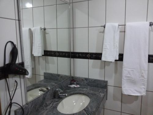 Um banheiro em Airam Brasília Hotel