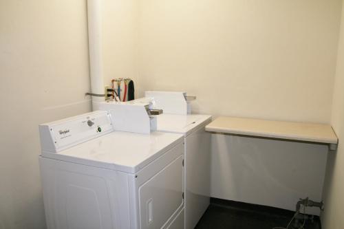 A bathroom at Wye Motor Lodge