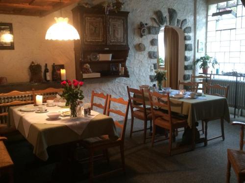 Ein Restaurant oder anderes Speiselokal in der Unterkunft Pension Silberdistel