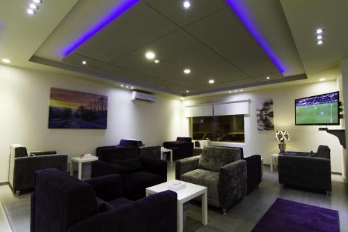 Uma área de estar em Rofan Hotel Suites