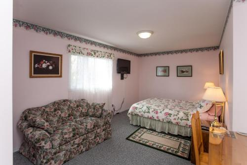 A bed or beds in a room at Midnight Sun Inn