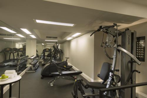 The fitness centre and/or fitness facilities at Mayfair Hotel