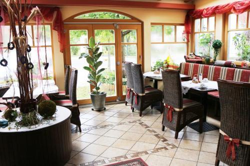 Ein Restaurant oder anderes Speiselokal in der Unterkunft Hotel Garni Thermenoase