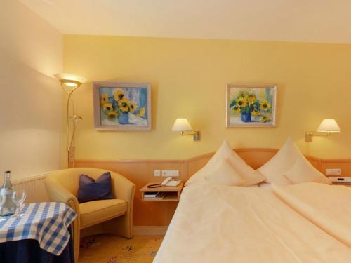 Ein Bett oder Betten in einem Zimmer der Unterkunft Hotel Garni in der Breite