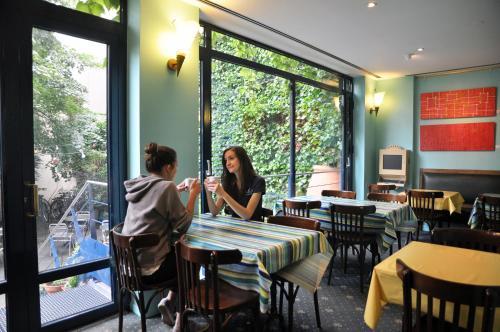 Een restaurant of ander eetgelegenheid bij Solar Hotel