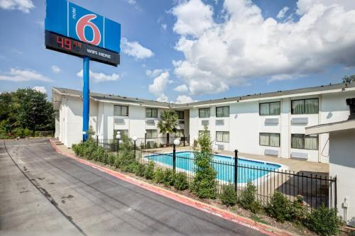 A view of the pool at Motel 6-Dallas, TX - South or nearby