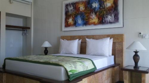 Een bed of bedden in een kamer bij Barong Cafe Bungalow and Restaurant