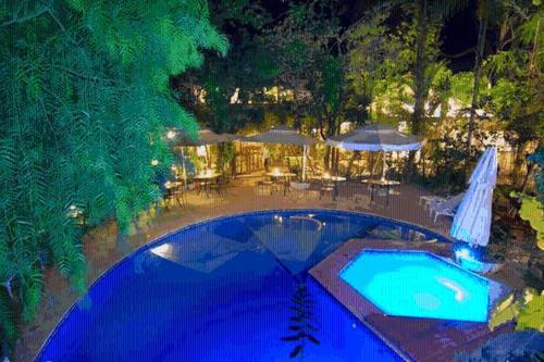 A piscina localizada em Pousada Casa das Flores ou nos arredores