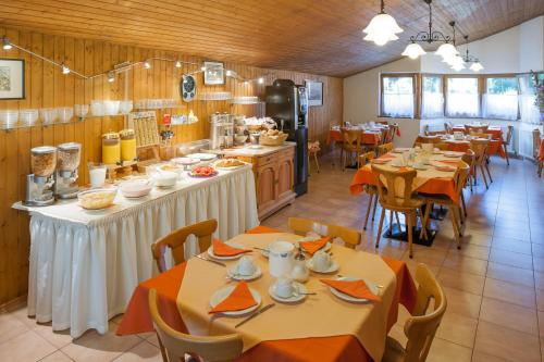 Ein Restaurant oder anderes Speiselokal in der Unterkunft Hotel Tautermann
