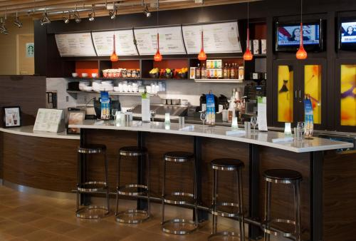 The lounge or bar area at Courtyard by Marriott Houston NASA Clear Lake