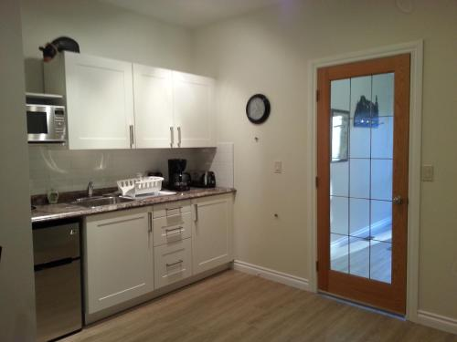 A kitchen or kitchenette at Banff Bear Bed & Breakfast