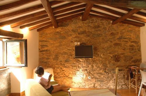 A television and/or entertainment centre at Casa do Neveiro