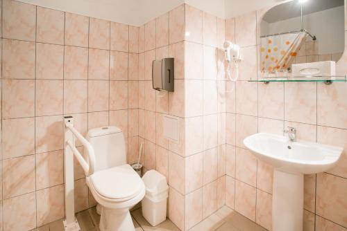 A bathroom at Dinaburg SPA Hotel