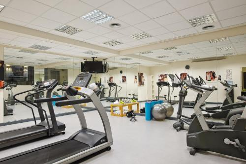 The fitness center and/or fitness facilities at Melia Barajas
