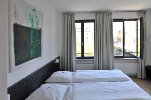 A bed or beds in a room at Tandem Hotel
