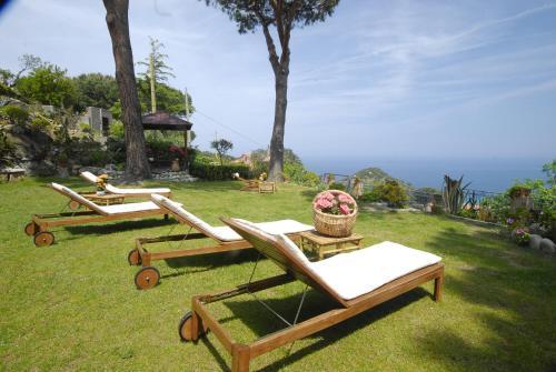 A garden outside Hotel Sant'Andrea