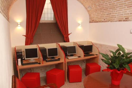 The business area and/or conference room at Hotel Il Papavero