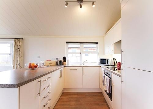 A kitchen or kitchenette at Caddy s Corner Lodges