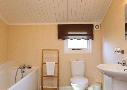 A bathroom at Bassenthwaite Lakeside Lodges
