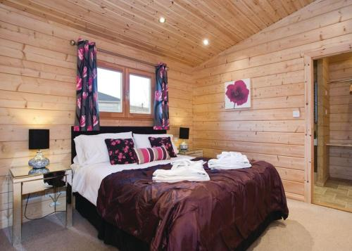 A bed or beds in a room at Dacre Lakeside Park