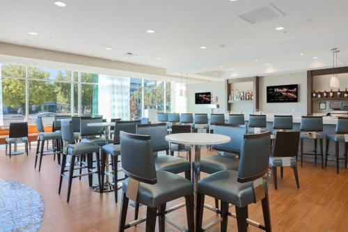 A restaurant or other place to eat at Residence Inn by Marriott San Jose Airport