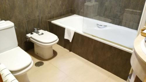 A bathroom at Hotel Alfageme