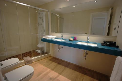 A bathroom at Hotel-Celler Buil & Gine