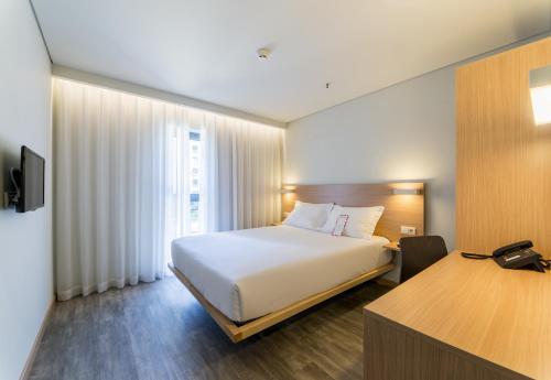 Een bed of bedden in een kamer bij Moov Hotel Porto Norte