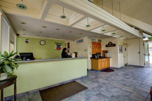El vestíbulo o zona de recepción de Good Nite Inn Redwood City