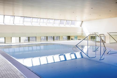 The swimming pool at or close to Novotel Nuernberg Centre Ville
