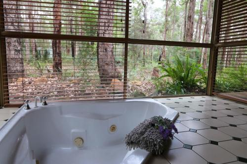 A bathroom at Beedelup House Cottages