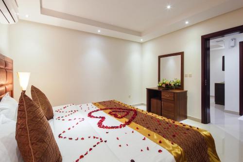 Cama ou camas em um quarto em Burj Alhayah Hotel Suites Alfalah