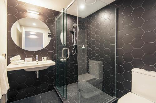 A bathroom at BreakFree on Cashel